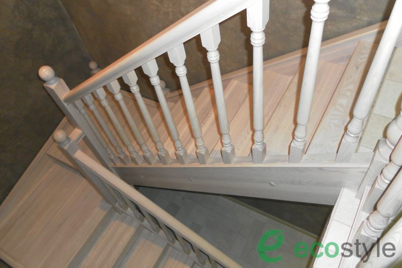 лестница в доме на второй этаж из ясеня с поворотом