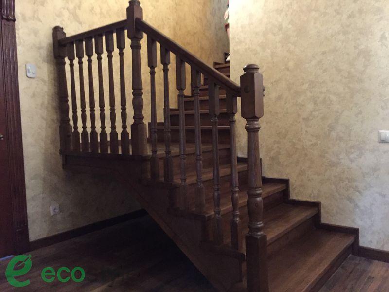 лестница в доме на второй этаж на металлическом основании