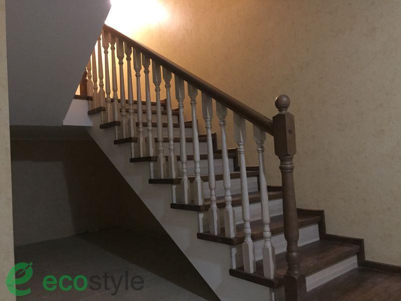 лестница в доме на второй этаж из ясеня