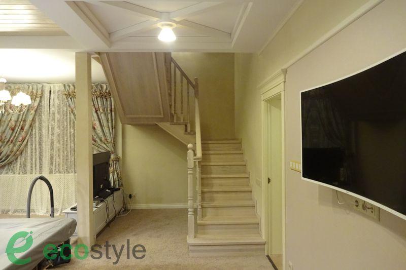 лестница в доме на второй этаж из дерева на металлокаркасе