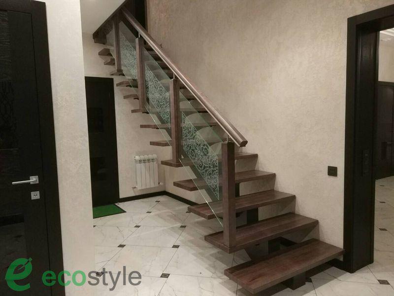 лестница в доме на второй этаж на металлическом каркасе